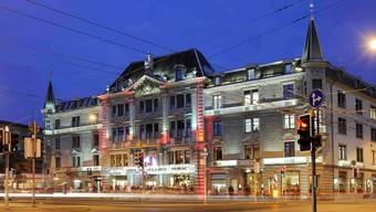 Der Zürcher Stadtrat will sich nicht einmischen, wer küntiger Nutzer des Ladenlokals neben dem Schauspielhaus wird.