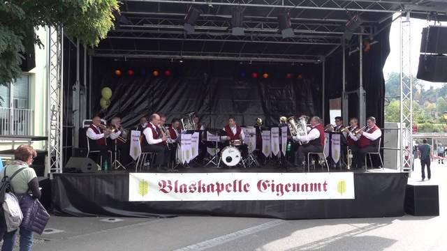 Die Blaskapelle Eigenamt spielt auf und die Festbesucher flanieren an den Marktständen und Beizen des Winzerfests Döttingen vorbei