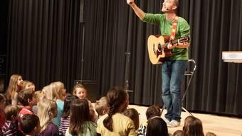 Für gut eine Stunde fokussierten sich über 200 Kinder im Kulturzentrum Föhrewäldli auf Andrew Bond.