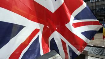 Eine britische Flagge weht im Wind (Symbolbild)