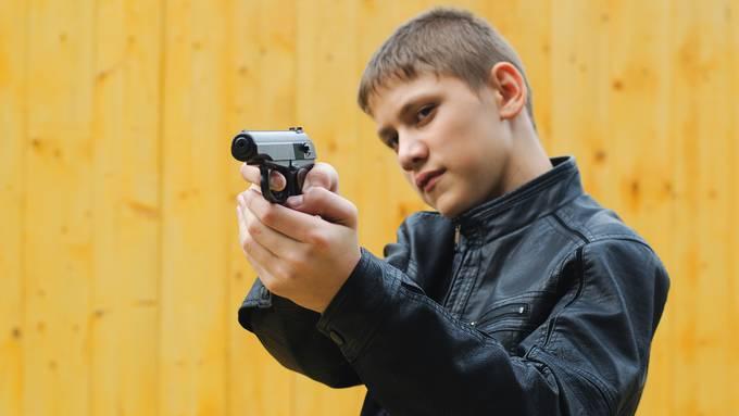 Teenager mit einer Pistole