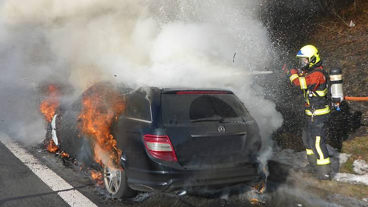 Vollständig ausgebrannt ist ein Auto auf der Autobahn A2 bei Knutwil.