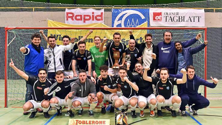 Titelverteidiger FC Olten mit Trainer Esat Brahimi (hinten links) und Captain Gianfranco Vinci (mit Pokal)