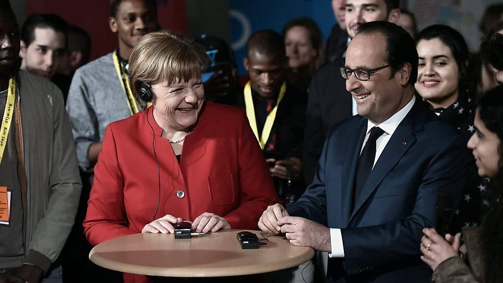 In Anwesenheit von Schülern beider Länder reden Bundeskanzlerin Merkel und Präsident Hollande darüber, wie sie gegenseitig über Erfahrungen mit der Integration von Ausländern profitieren können.