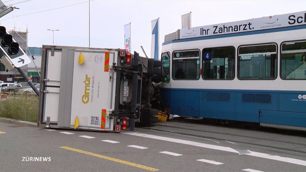 Lastwagen kollidiert mit Tram