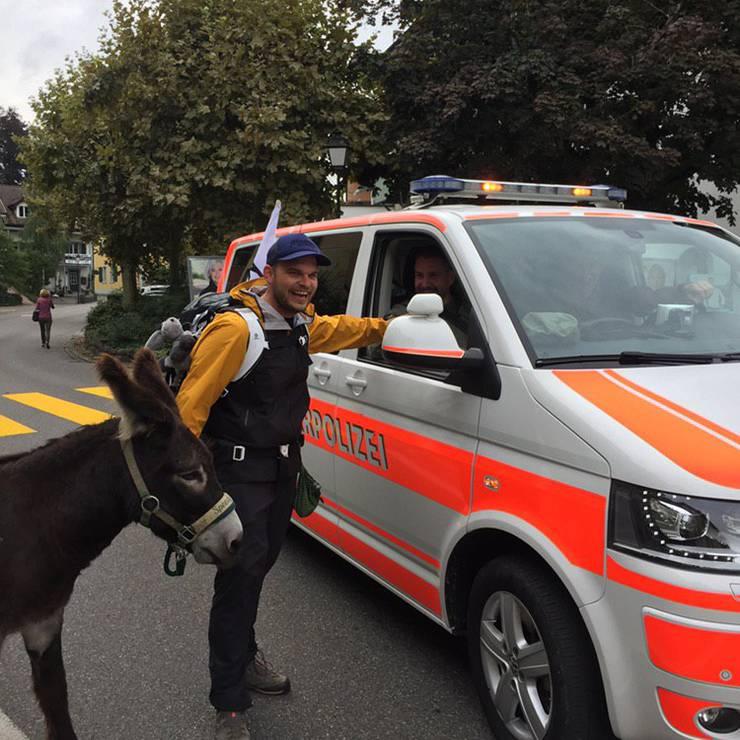 Unterwegs treffen unsere beiden Esel auf die Militärpolizei.