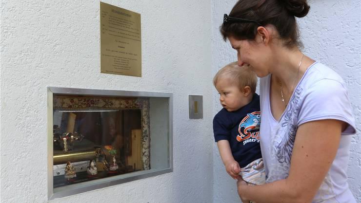 Der Musikautomat im Vögeligarten findet bereits erste Bewunderer. HR. Aeschbacher