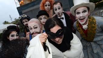 Sängerin Erika Stucky (mit Maske und Schlafsack-Mantel) posiert mit den Vaudeville-Schauspielern auf dem Theaterplatz.