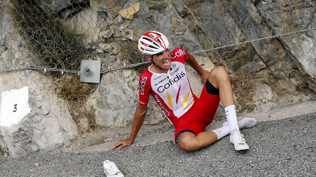 Anthony Perez sitzt nach seinem schweren Sturz in der 3. Etappe der Tour de France mit schmerzverzerrten Gesicht auf dem Asphalt