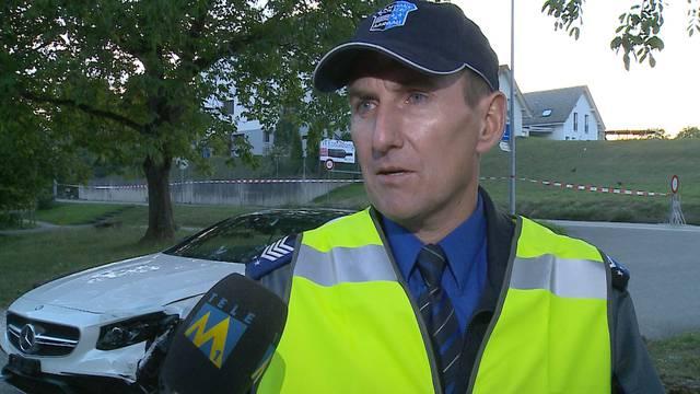 Das sagte der Aargauer Polizei-Medienchef Roland Pfister am Unfallort zum Unfallhergang und zu den Verletzungen der Rollerfahrerin. (10.9.2015)