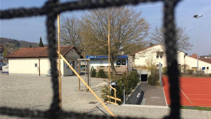 Hier soll das neue Vereinshaus des FC Tägerig entstehen: Links ist das Materialhäuschen zu sehen, rechts davon, mit dem blauen Dach, das bestehende Klublokal «La Paloma», das für die Fussballer zu klein geworden ist. Walter Christen