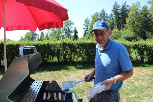 Herbert Hagmann kümmert sich um die Würste auf dem Grill