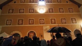 Das erste Fenster des Adventskalenders 2010 an der Fassade des Alten Zeughauses