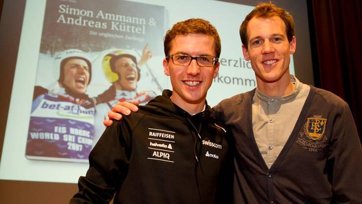 2011 stellten die «Zwillinge» Simon Ammann (links) und Andreas Küttel ihre gemeinsame Biografie vor.