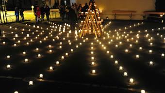 400 Kerzen als Symbol von Solidarität zwischen Reich und Arm