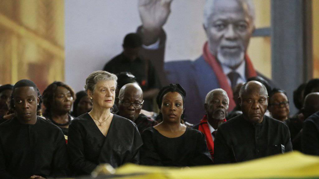 Kofi Annans Sohn Kojo Annan (l.) seine Witwe Nane Annan (2.v.l.), Tochter Ama Annan (M) und weitere Familienmitglieder am Donnerstag am Sarg des früheren Uno-Generalsekretärs.