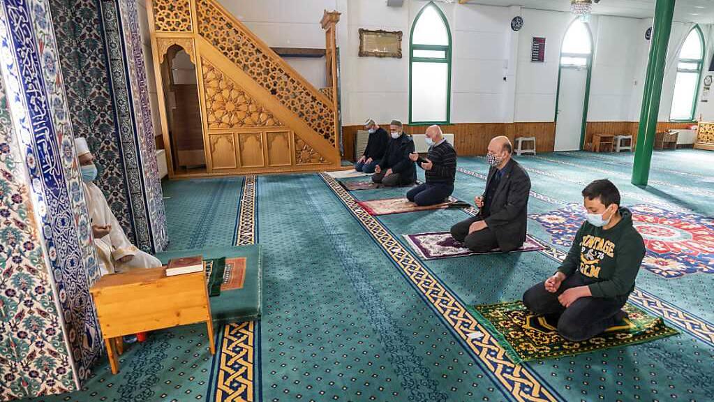 Muslime beten in der türkischen Mevlana-Moschee in Hilversum in den Niederlanden während eines Gottesdienstes. Muslime auf der ganzen Welt bereiten sich auf den heiligen Monat Ramadan vor, den neunten und heiligsten Monat des islamischen Kalenders, in dem die Gläubigen von Sonnenaufgang bis Sonnenuntergang auf Essen, Trinken und Rauchen verzichten. Foto: Jeroen Jumelet/anp/dpa