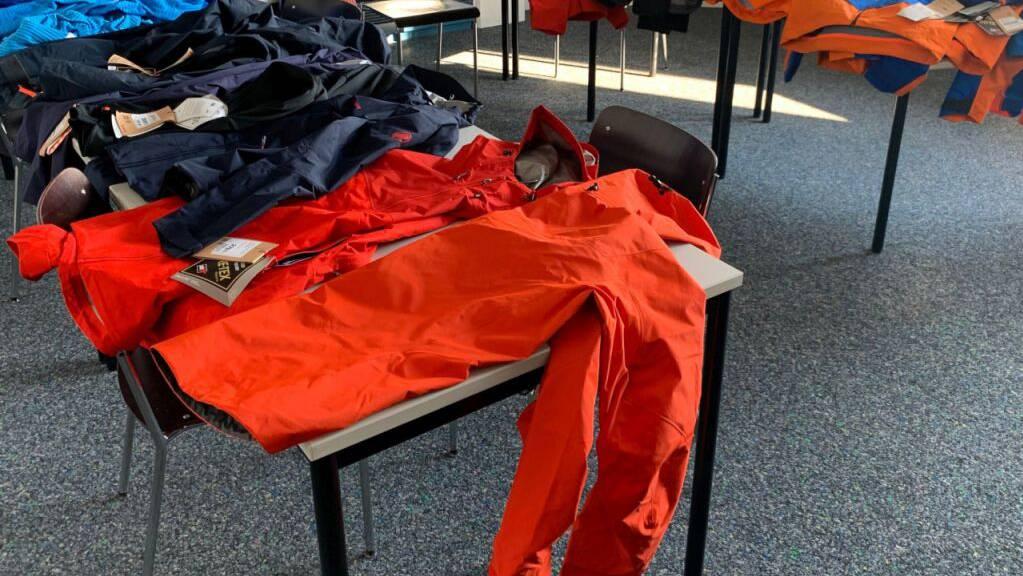 Mitarbeiter der Eidgenössischen Zollverwaltung stellten mutmasslich gestohlene Sportkleider im Wert von 13'700 Franken sicher.