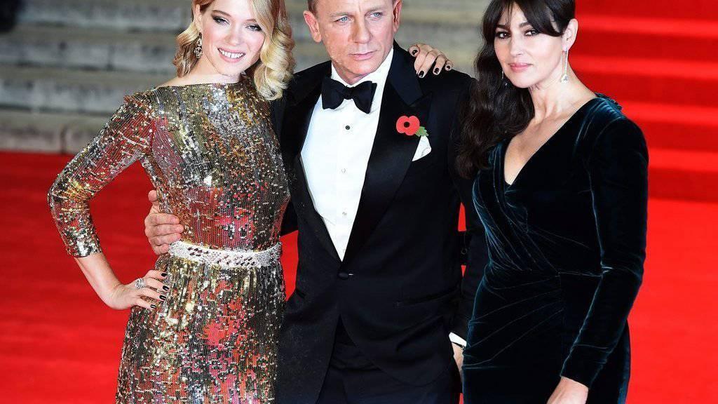 Daniel Craig posiert in London anlässlich der Weltpremiere von «Spectre» mit Lea Seydoux (l) und Monica Bellucci (r).