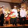 Überraschung zum Schluss: Nach der Gesangseinlage im Matrosenlook verabschiedet sich die Musikgesellschaft Mettau im Konfettiregen.