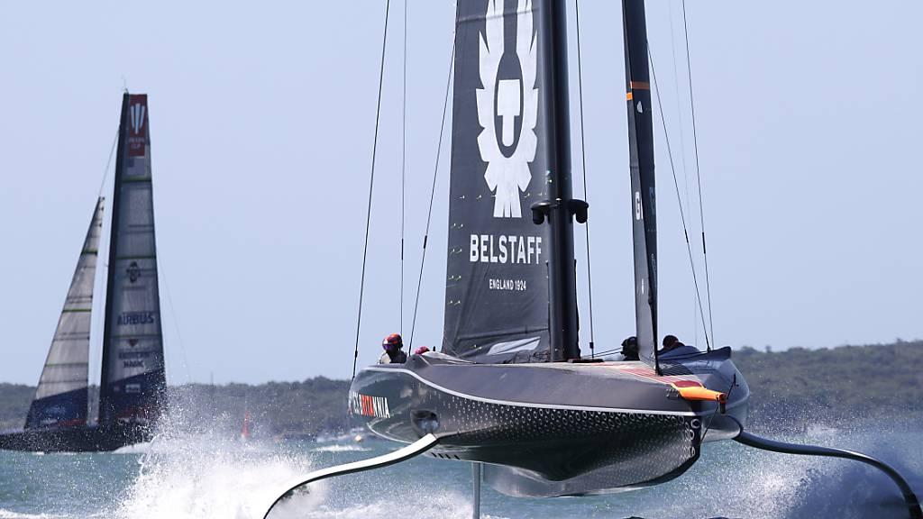 Der Wind fordert am Prada Cup Teams und Material - im Hintergrund die US-Yacht «Patriot»