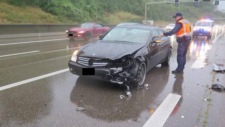 Im starken Regen kam der Fahrer von der Fahrbahn ab.