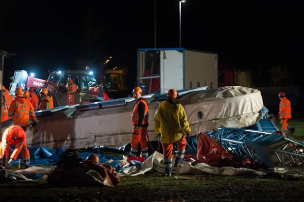Im Tessin lässt der Sturm das Zelt des Circus Knie einstürzen.