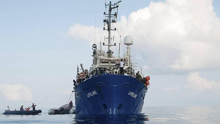 """Das Hilfs-Schiff """"Lifeline"""" mit 230 Flüchtlingen an Bord wartet in internationalen Gewässern. Auf der Suche nach einem Hafen laufen Gespräche mit mehreren Staaten, die die Menschen aufnehmen könnten.  (Bild vom 21. Juni)"""
