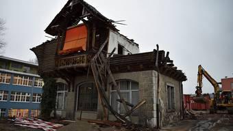 Das alte Holzhaus im Bärengässli in Wohlen wird abgerissen. Hier kommen zwei Mehrfamilienhäuser hin.