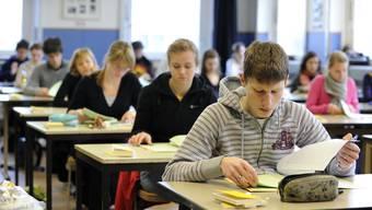 Die Prüfungen für diese Jugendlichen sollen so schnell wie möglich stattfinden, damit sie nach einer allfälligen Anschlusslösung suchen können, wie es in der Mitteilung heisst.(Archivbild)