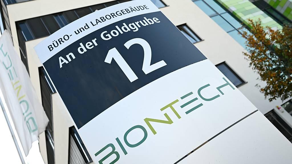Das Logo des Biotechnologie-Unternehmens «Biontech» ist an einer Stele vor der Unternehmenszentrale in Mainz angebracht. Bei einer Cyber-Attacke auf die Europäische Arzneimittel-Behörde EMA in Amsterdam sind Daten der Pharmaunternehmen Pfizer und Biontech abgegriffen worden.