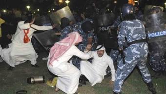 Polizisten gehen gegen Demonstranten in Kuwait vor