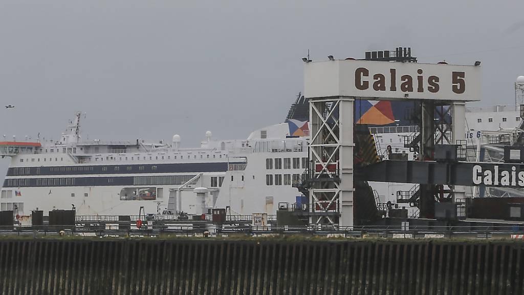 Eine Fähre im Hafen von Calais. Foto: Michel Spingler/AP/dpa