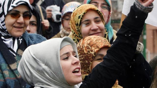 Mädchen und Frauen mit Kopftuch in der Türkei (Symbolbild)