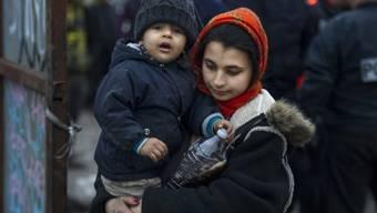 Eine Roma-Frau mit Kind in der Nähe von Paris (Symbolbild)