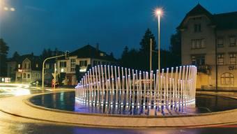 Das Kunstwerk kurz nach seiner Fertigstellung; rechts ist noch die seit 1998 leerstehende, 2004 definitiv zum Abbruch freigegebene Wirtschaft «Gais» zu erkennen.