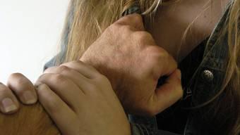 Ein Mann soll eine Frau angesprochen, betäubt und dann vergewaltigt haben (Symbolbild).