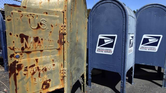 Eine Frau erhält uralte, liegengebliebene Post (Symbolbild)