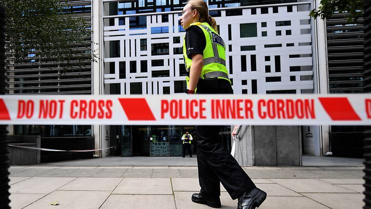 Vor den Gebäude des britischen Innenministeriums in London ist ein Mann mit einem Messer schwer verletzt worden.