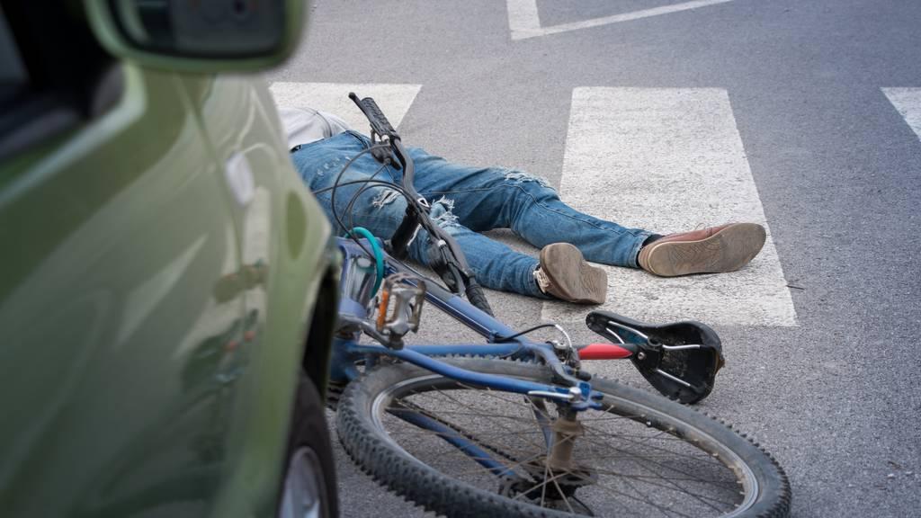 Der Velofahrer wurde unbestimmt verletzt. (Symbolbild)