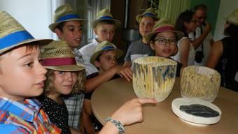 Bei der Besichtigung trugen die Schüler natürlich Wohler Strohhüte.