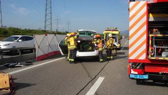 Die Feuerwehr schnitt das Dach eines der Autos ab, um eine Frau zu bergen.