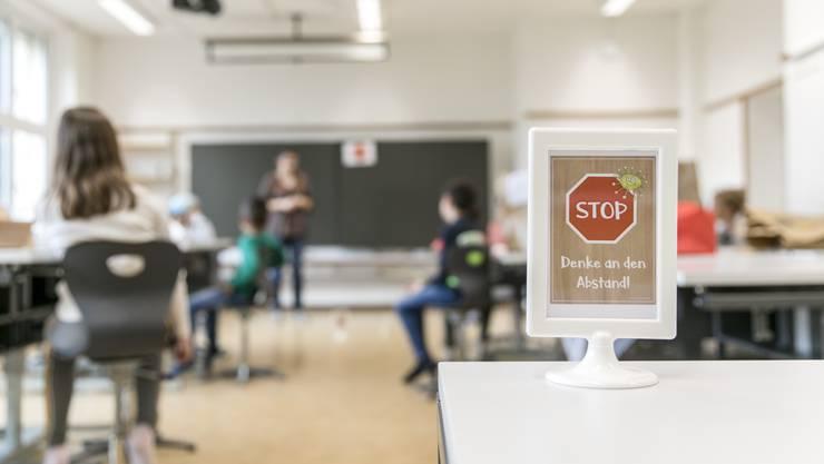Stopp: Die Schülerinnen und Schüler müssen auch nach dem Shutdown noch Abstand zu den Lehrpersonen halten.