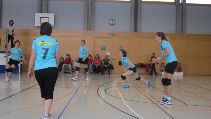 Die Ü32 Seniorinnen-Mannschaft im Spiel gegen den VBC Windisch mit den ersten Fans im Hintergrund