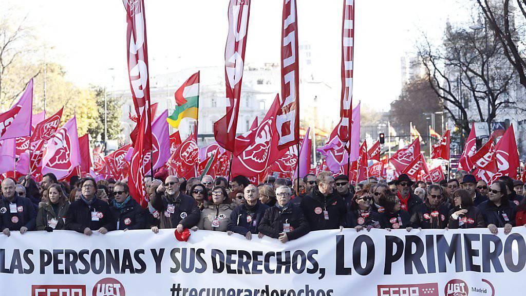 """Unter dem Motto Die Menschen und ihre Rechte kommen zuerst"""" protestieren in Madrid Zehntausende gegen die Sparpolitik der Regierung."""