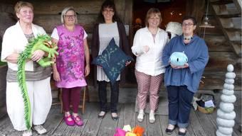 Sie stellen ihre Arbeiten aus: Doris Chiapparelli (ganz links), Sandra Funk, Barbara Glünkin, Beatrice Hüsler und Stefanie Hofmann (rechts).apb