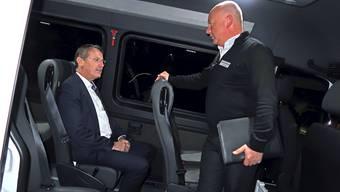 Nationalrat Thomas Burgherr lässt sich von Markus Tschannen den Bus erklären.