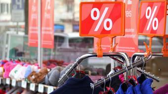 Winterklamotten werden derzeit günstig hergegeben. Die Modeketten in Dietikon sind auf ihren Waren sitzen geblieben.