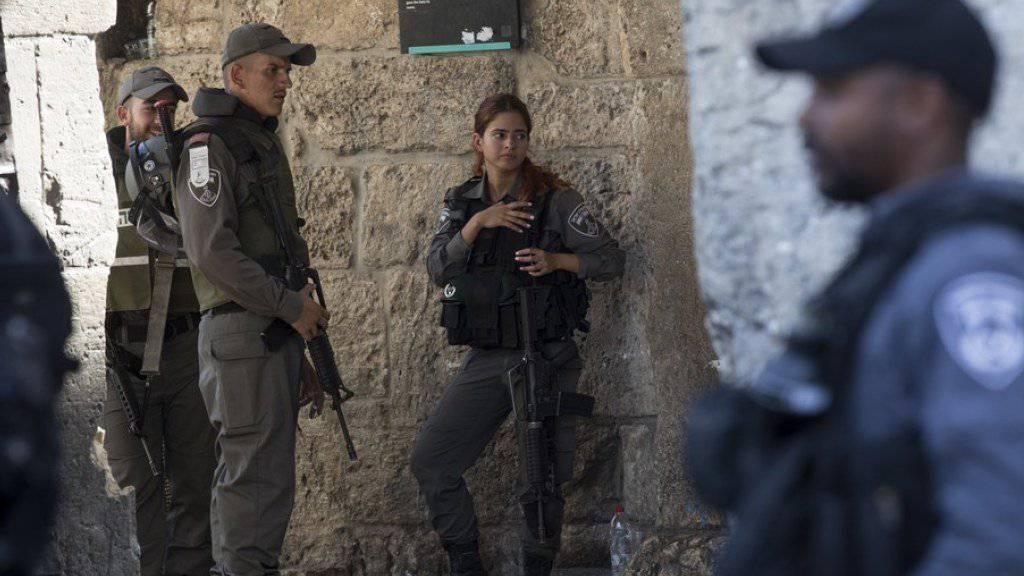 Israelische Sicherheitskräfte bewachen das Löwentor, das nördlich des Tempelberges von Osten in das muslimische Viertel der ummauerten Jerusalemer Altstadt führt.