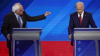 Joe Biden (rechts) war unter Dauerbeschuss seiner parteiinternen Mitbewerber – hier etwa Bernie Sanders.
